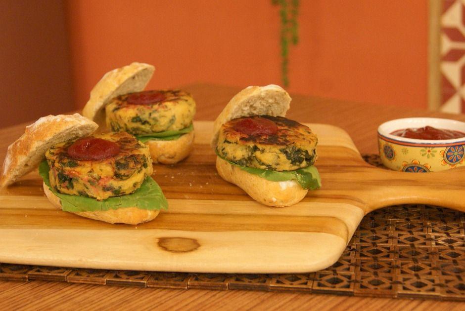 Hambúrguer de Grão-de-Bico com Escarola e Molho Barbecue de Beterraba