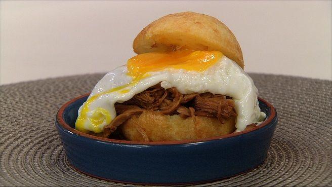 Sanduíche de Pernil e Ovo no Pão de Queijo