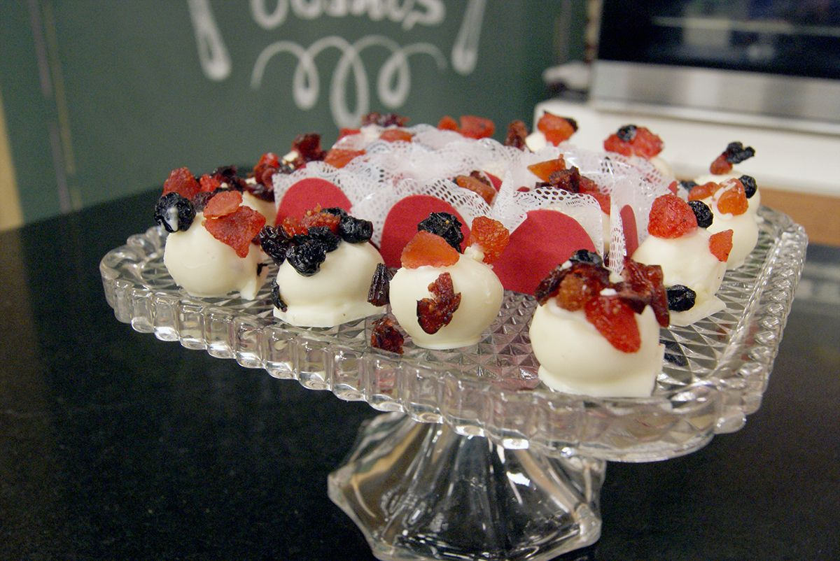 Trufa Branca com Água de Rosas e Frutas Vermelhas