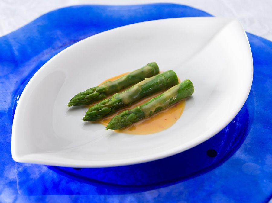 Salada de aspargos com molho a base de mel, mostarda dijon e pistilos de açafrão