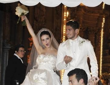 Kissing the Bride: AC Milans Pato ties the knot in Brazil (video)