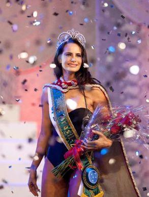 Larissa Costa ao receber o título de Miss Brasil 2009