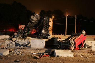 Três vigas do rodoanel caíram sobre uma carreta e dois carros na Régis Bittencourt