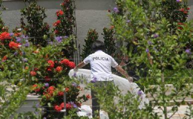 Movimentação de peritos junto aos corpos no jardim / Gulherme Lara Campos/AE