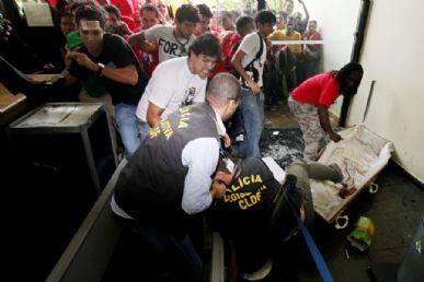 Manifestantes com um caixão quebram porta de vidro e invadem Câmara do Distrito Federal