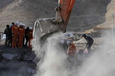 Após dois dias, os equipamentos chegaram para ajudar na remoção dos escombros