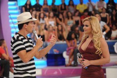 O apresentador Rodrigo Faro com Geisy Arruda no quadro Vai Dar Namoro
