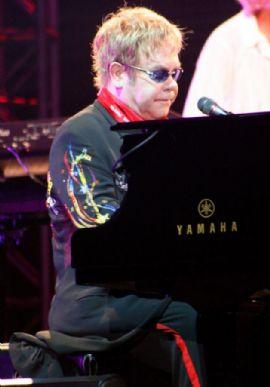 Elton John alegra fãs enquanto faz caridade no México