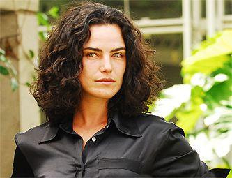 Ana Paula Arósio aprende a atirar para viver promotora em seriado / Foto: Divulgação/Rede Globo