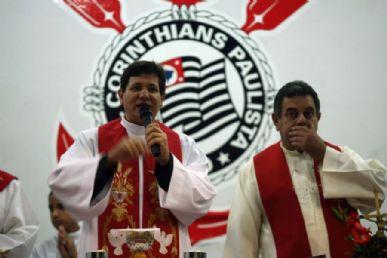 Padre Silvio Andrei Rodrigues (E) em foto tirada no dia 17 de maio, na sede do Corinthians durante missa em homenagem a São Jorge / Foto: Renato Luiz Ferreira/ AE