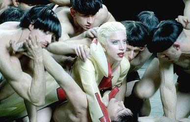 Lady Gaga volta a apostar na sensualidade em novo clipe