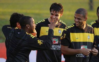 Kaká (centro) se diverte durante treino com Robinho e Felipe Melo: meia finalmente pisou no gramado