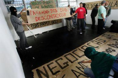 Funcionários pedem o pagamento dos dias descontados durante a greve