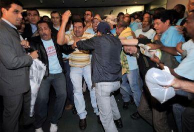 Cerca de 100 policiais participaram da manifestação