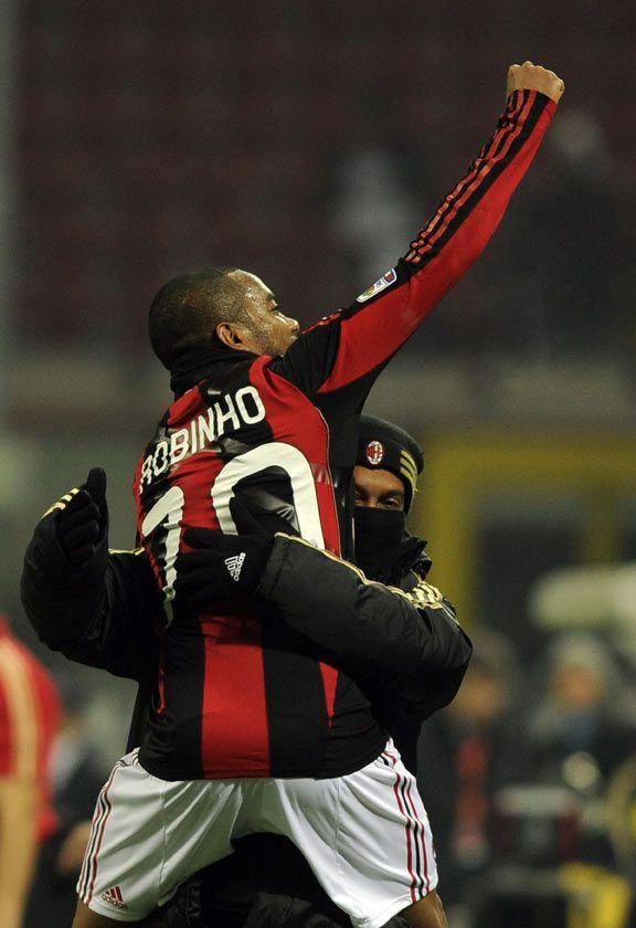 Ronaldinho Gaúcho e Robinho se abraçam após gol na vitória contra o Brescia, no último sábado