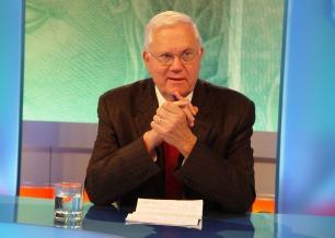 O jornalista Joelmir Beting apresenta o programa de debates e entrevistas Canal Livre