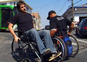 Rafinha Bastos sente na pele os obstáculos que atrapalham a vida dos deficientes físicos