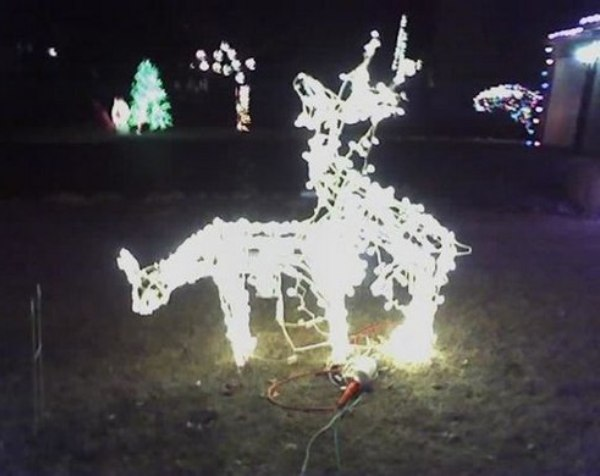 Quando passarem na frente desta casa, os vizinhos devem tampar os olhos das crianças. Em vez de criar um cenário natalino com as renas, o morador criou uma cena pouco adequada para as festas de fim de ano.