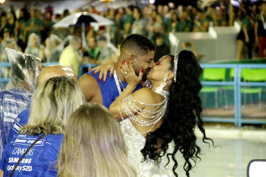 Viviane Araújo dá beijão no namorado e brilha de novo na Sapucaí