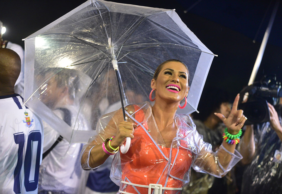 Lívia Andrade e Erika Januza participam de ensaio embaixo de chuva