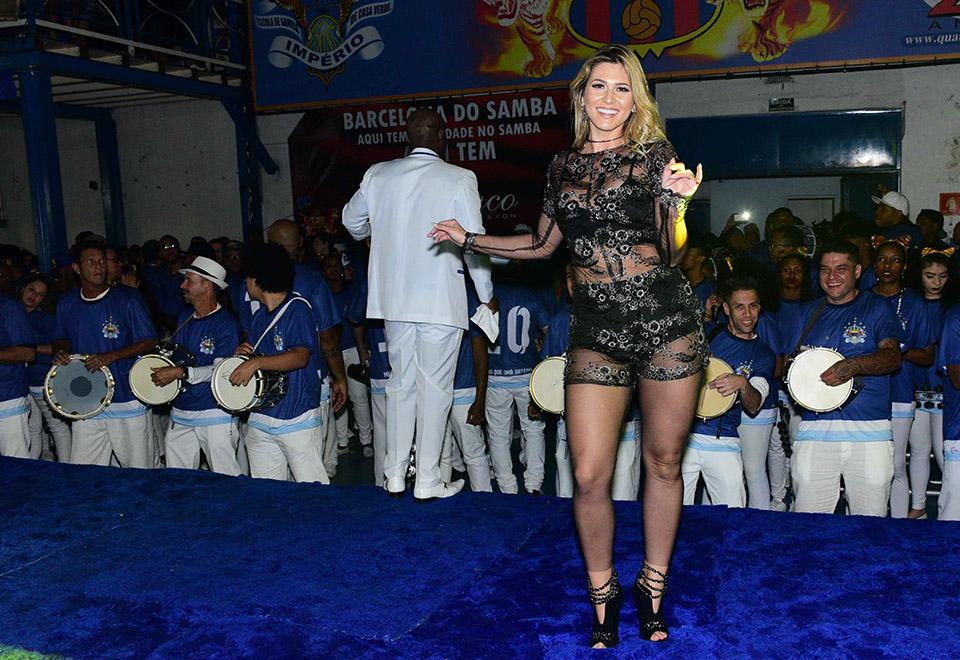 Lívia Andrade exibe corpão em escolha de samba-enredo