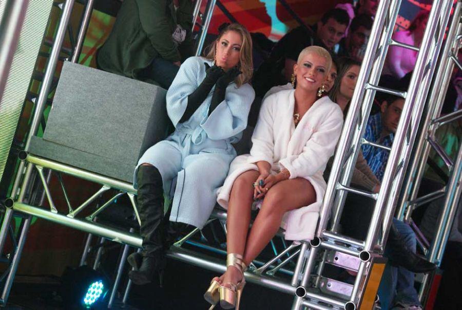 Já Carol Narizinho mandou um beijo para a câmera bem protegida do ar condicionado do estúdio