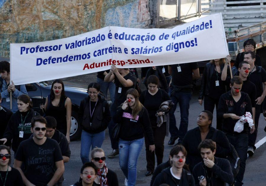 Os estudantes apoiam os funcionários, em greve desde o dia 10 deste mês / NILTON FUKUDA / AE