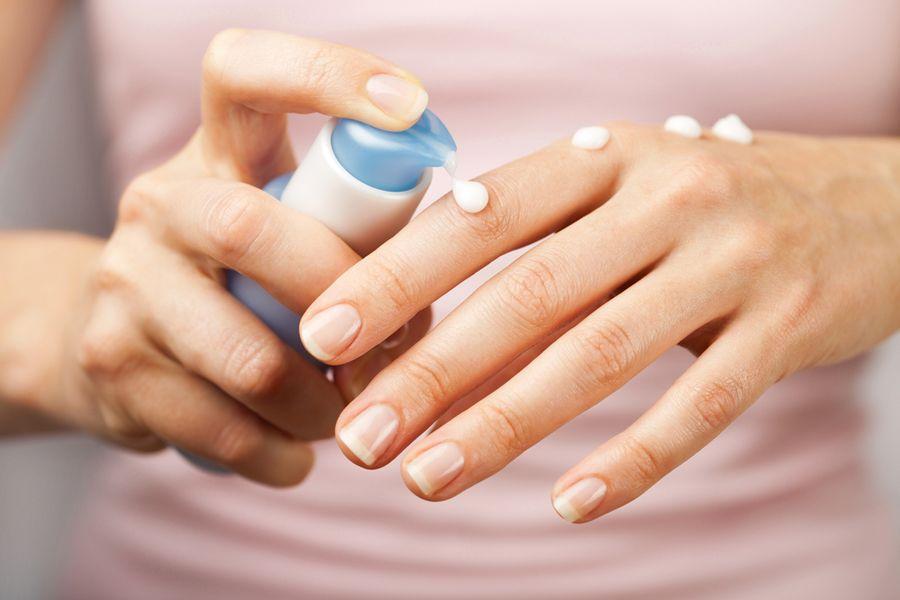 As mãos necessitam de cuidados especiais no inverno / Olga Miltsova /Shutterstock