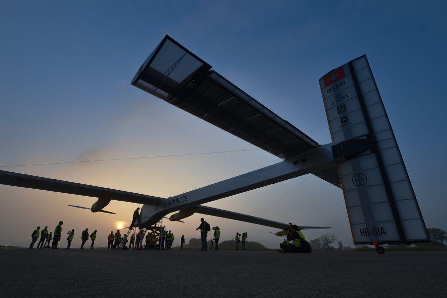 Setenta pessoas e 80 empresas trabalharam durante sete anos para construir o avião de fibra de carbono / FABRICE COFFRINI / AFP