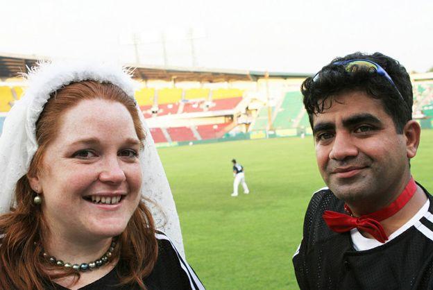 Casal abandona capela para se casar em estádio de futebol