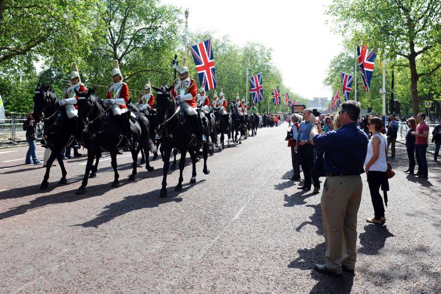 Visitantes acompanham a marcha da cavalaria, realizada do lado de fora do Palácio de Buckingham