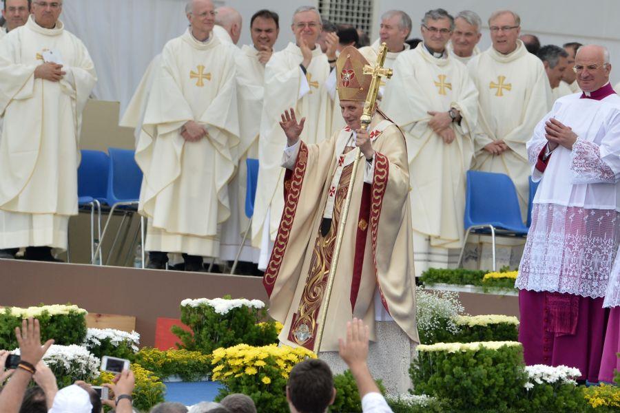 Papa Bento XVI acena para a massa no último dia do Encontro Mundial das Famílias em Milão  / Giuseppe Cacace/AFP
