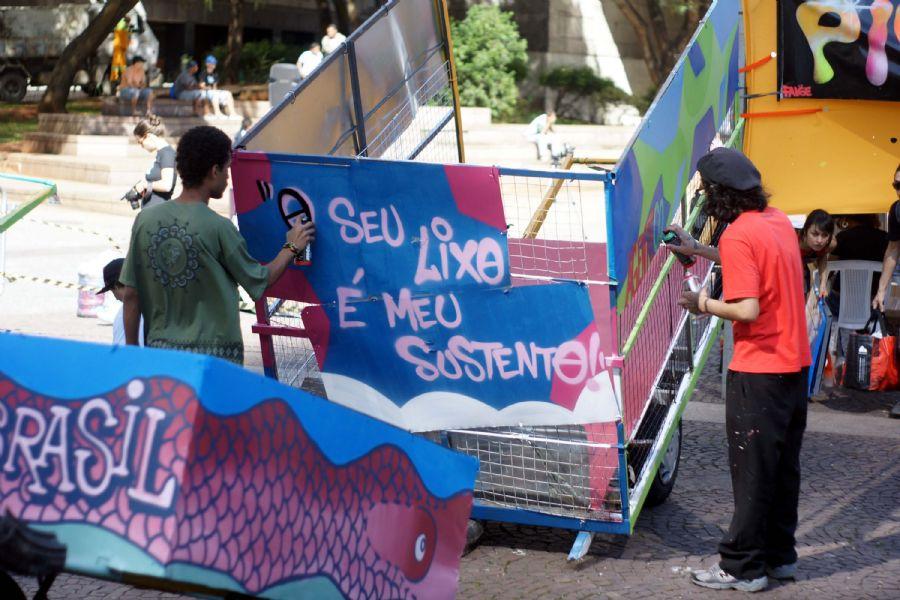 Pimp My Carroça é comandada pelo grafiteiro Mundano e visa melhorar a estrutura de dezenas de carroças de catadores de recicláveis / Paduardo/Futura Press
