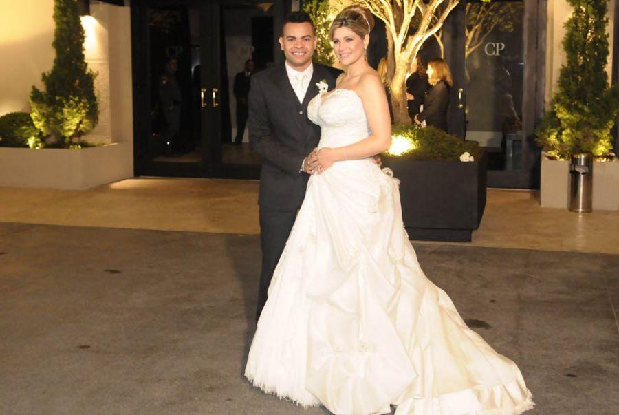 O casal fez poses na frente do buffet <a href='http://www.band.com.br/entretenimento/famosos/noticia/?id=100000509266' target='blank'>Leia mais</a>