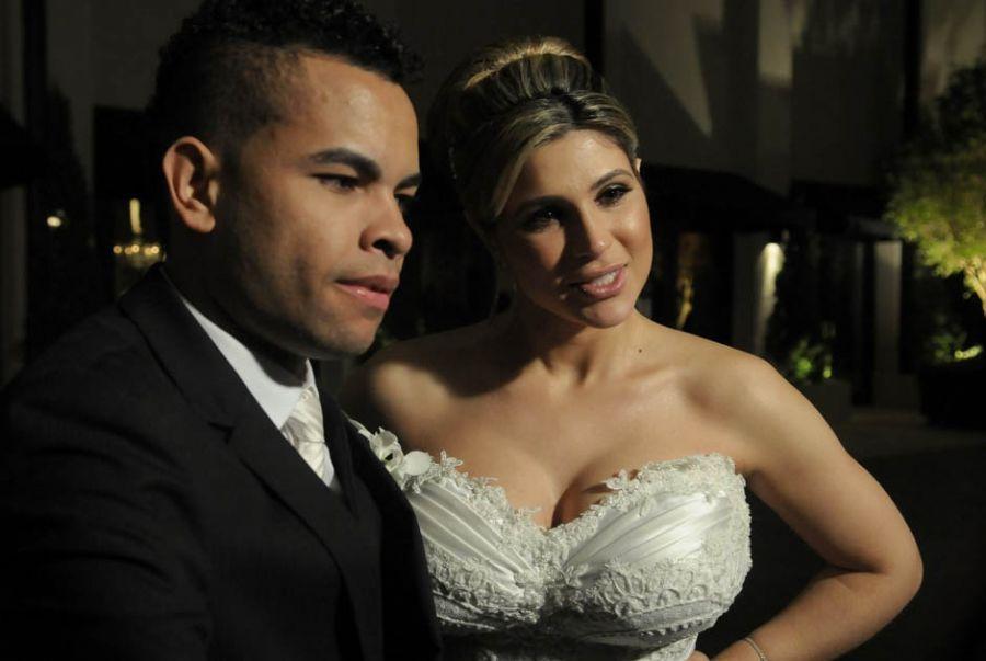A noiva usou um modelo tomara-que-caia do estilista Samuel Cirnansck