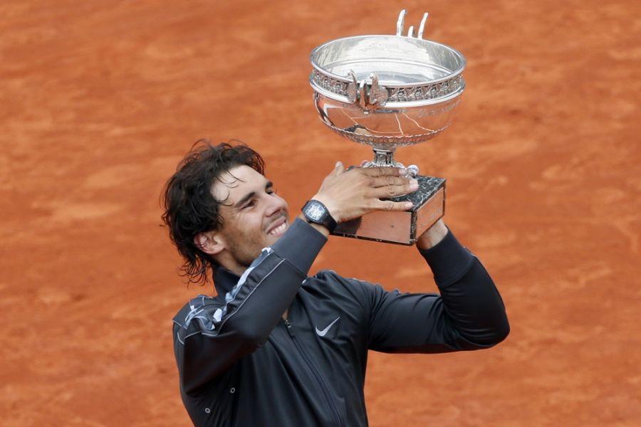 Nadal exibe mais um troféu de Roland Garros / Kenzo Tribouillard/AFP