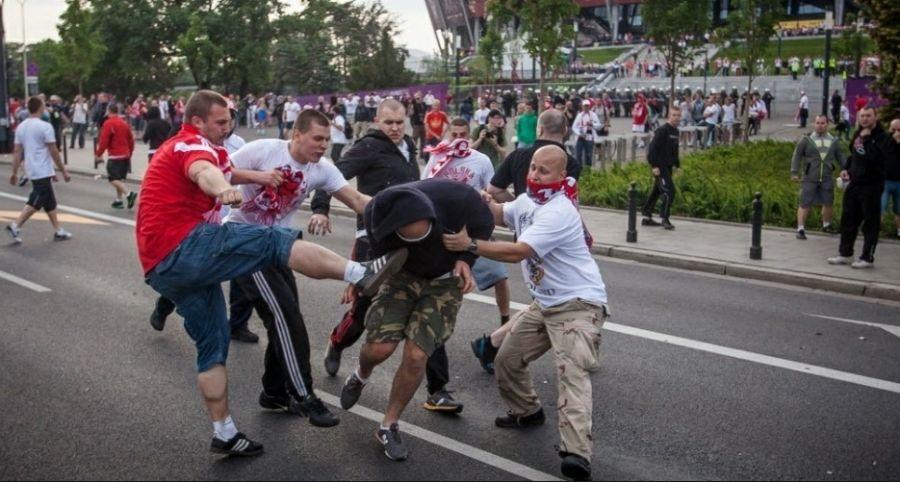 Entre os torcedores feridos estão sete poloneses, dois russos e um alemão / Wojtek Radwanski/AFP