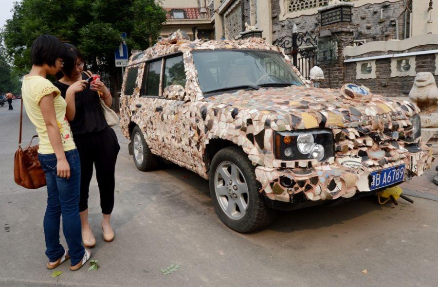 Peças coladas no carro chegam ao valor de 1 milhão de yuans / AFP PHOTO/Mark RALSTON