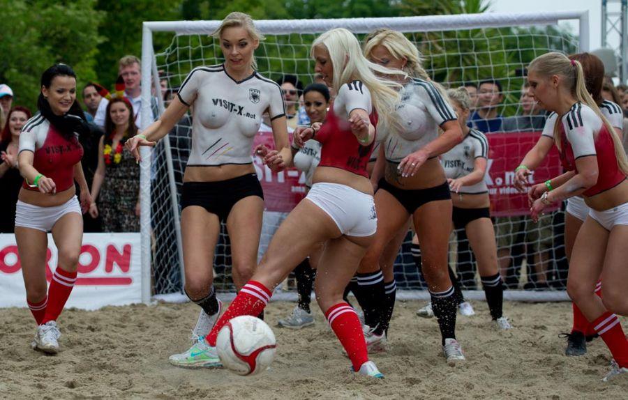 ФОТО: Порноактрисы сыграли в футбол голышом - Спорт.