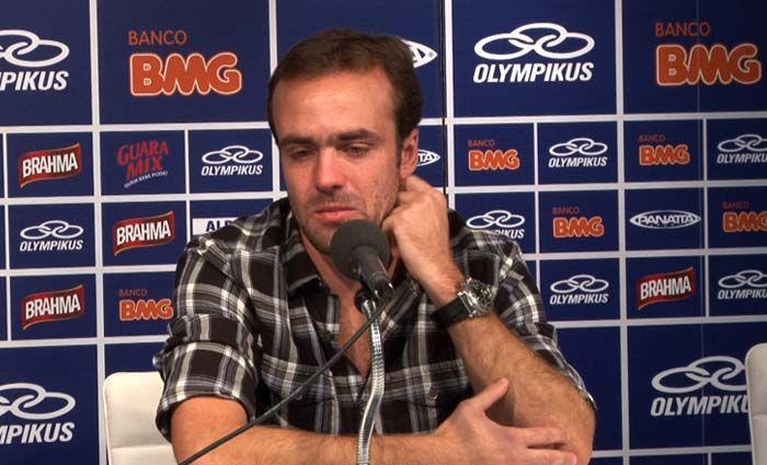 Roger chora durante entrevista coletiva realizada nesta terça-feira na Toca da Raposa / Divulgação/Site Cruzeiro