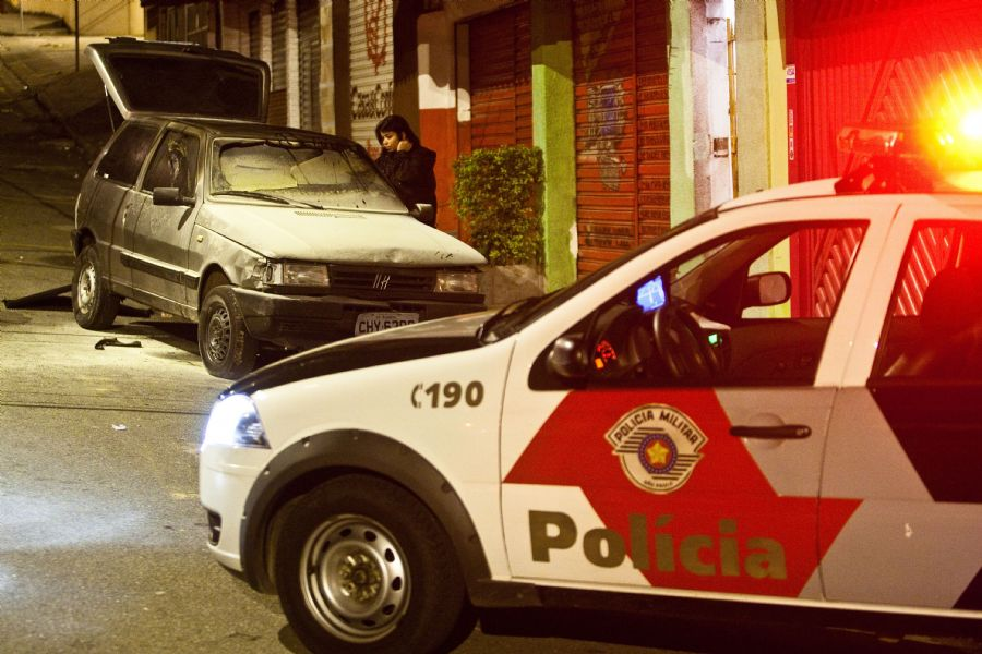 O carro não chegou a atingir a base da PM / Foto: Eduardo Anizelli/Folhapress