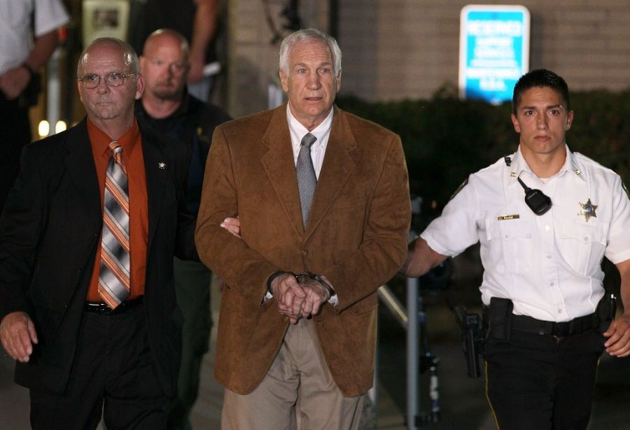 Sandusky foi recebido pelos presos na penitenciária onde ficará detido com trechos de uma canção do Pink Floid  / Mark Wilson/Getty Images/AFP