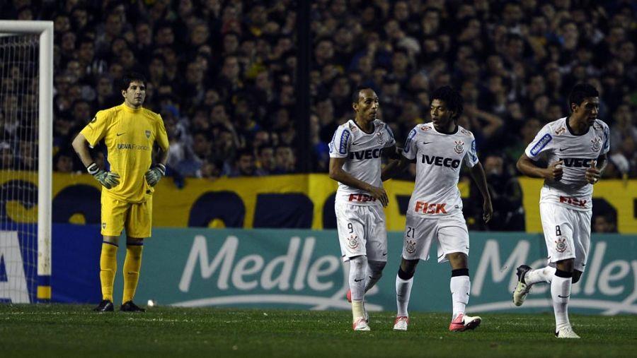 Com Liedson e Paulinho, Romarinho é observado por Orion diante de uma silenciosa torcida xeneize após gol de empate / Alejandro Pagni/AFP