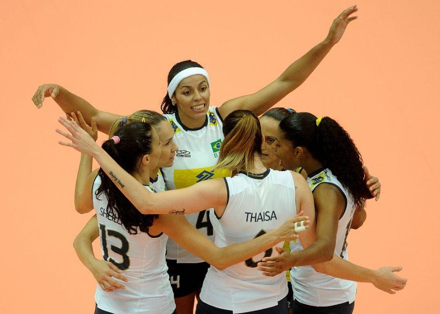 Seleção comemora após fazer ponto: time de Zé Roberto segue bem na competição / Divulgação/FIVB