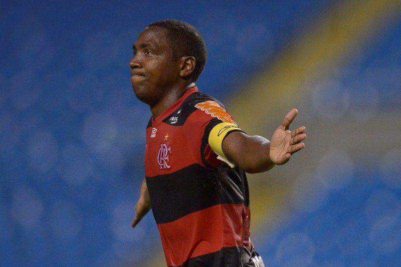 Renato comemora um dos dois gols na vitória do Flamengo diante do Atlético-GO neste domingo / Alexandre Loureiro/VIPCOMM