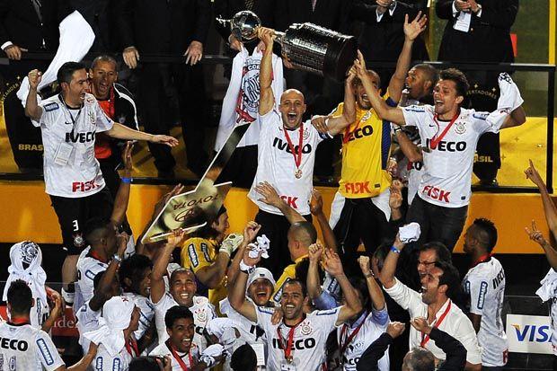 Alessandro ergue o troféu