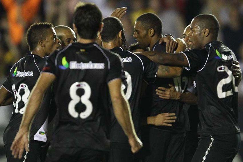 Jogadores do Vasco comemora vitória diante do Santos neste sábado em São Januário / Marcelo Sadio/Site Vasco