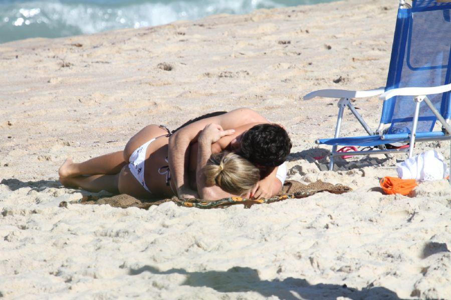 Adriana e Rodrigão namoram em praia carioca / Dilson Silva/AgNews