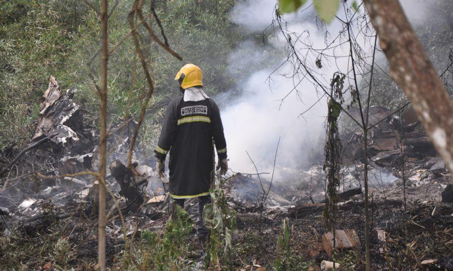 Avião bimotor caiu em área de difícil acesso, próximo ao aeroporto de Juiz de Fora / Angelo Savastano/Folhapress