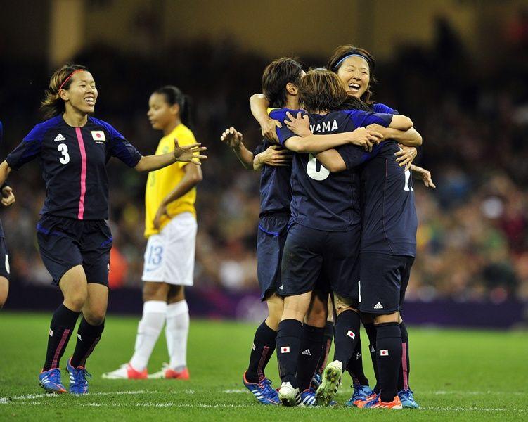 Japonesas comemoram o primeiro gol da partida / Glyn Kirk/AFP